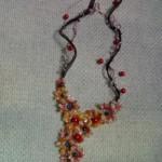 Collana con fiori rosso-arancio